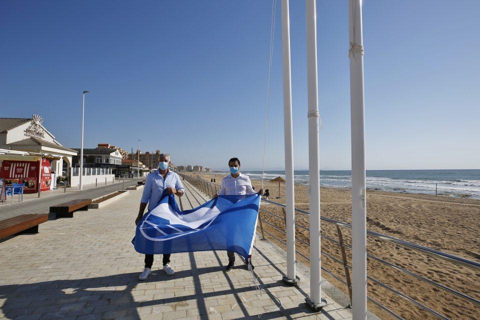 La playa de La Mata luce la bandera azul recuperada este año 6