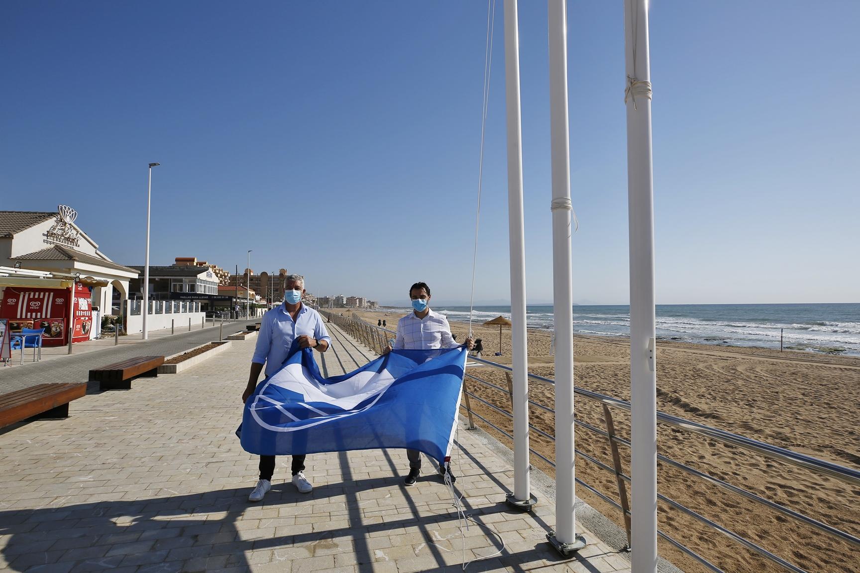 La Playa De La Mata Luce La Bandera Azul Recuperada Este Año
