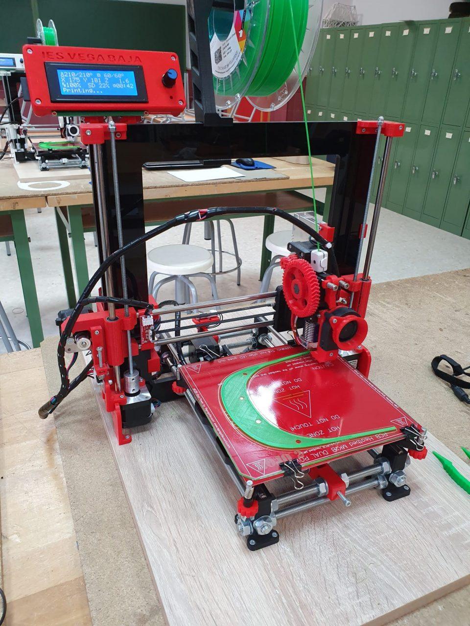 Particulares y el IES Vega Baja fabrican con impresoras 3D viseras de protección para sanitarios 6