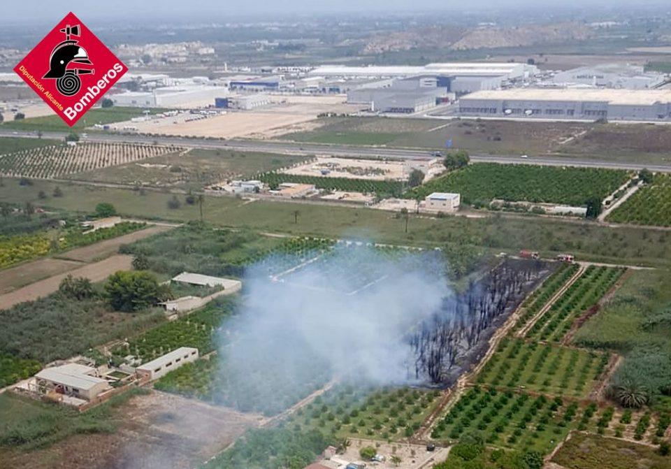 Un incendio en Albatera requiere de la intervención de un helicóptero 6