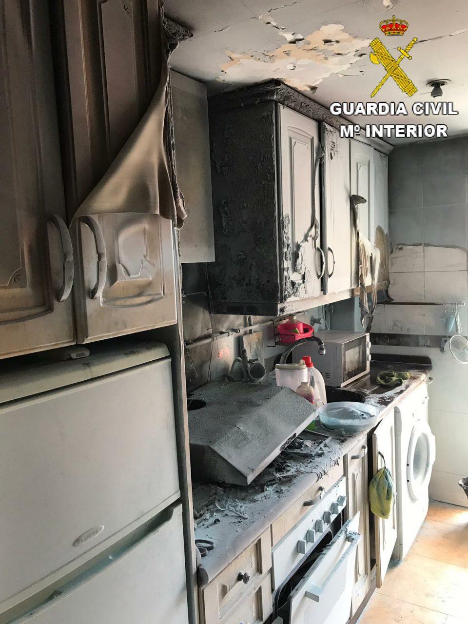 Dos guardias civiles fuera de servicio sofocan un incendio en una vivienda de Almoradí 6