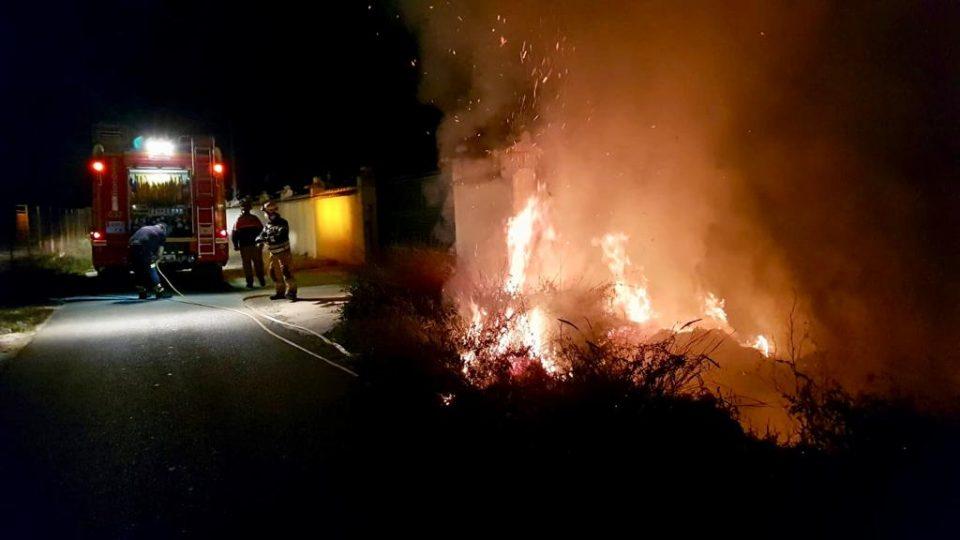 Un incendio calcina una zona de matorral junto a un chalé en Orihuela 6