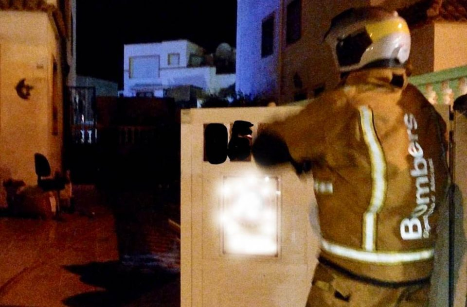 Un incendio calcina gran parte de una vivienda en Orihuela Costa 6