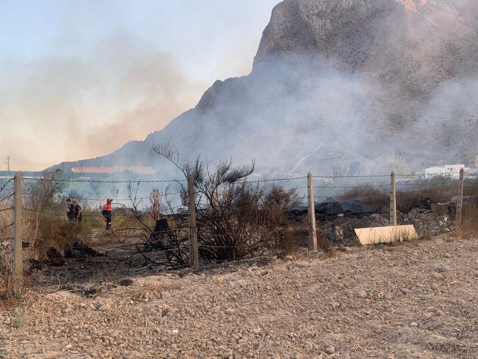 Bomberos interviene en un incendio en Cox 6