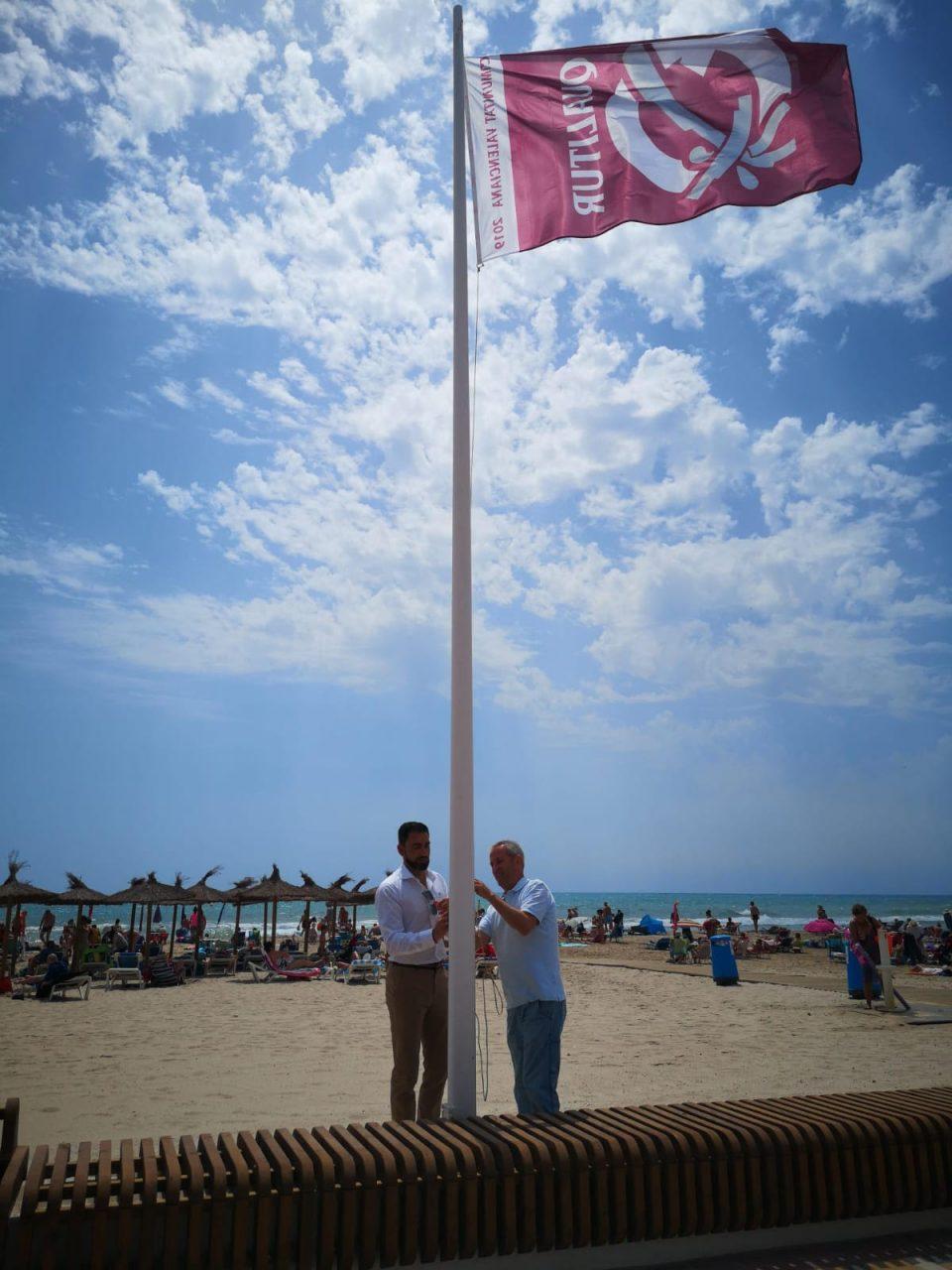 En las playas de Orihuela ya ondean las banderas Qualitur 6