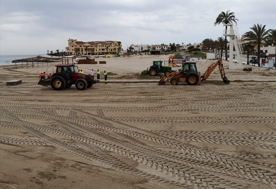 Orihuela intensifica las labores de limpieza en las playas 6