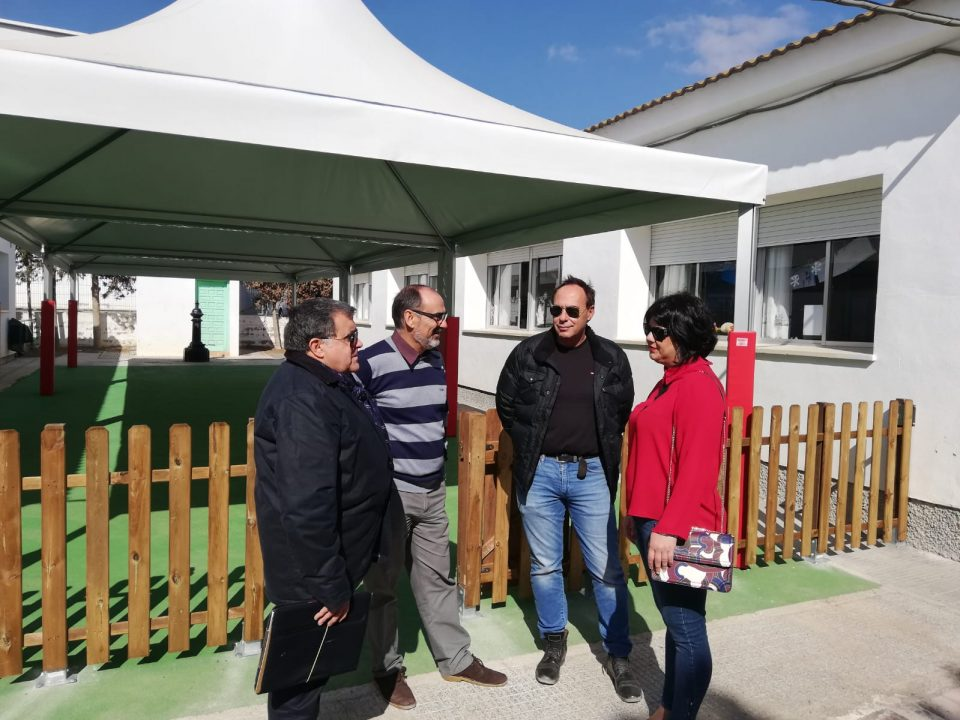 Albatera instala en el Colegio Cervantes una zona de sombraje y juegos 6
