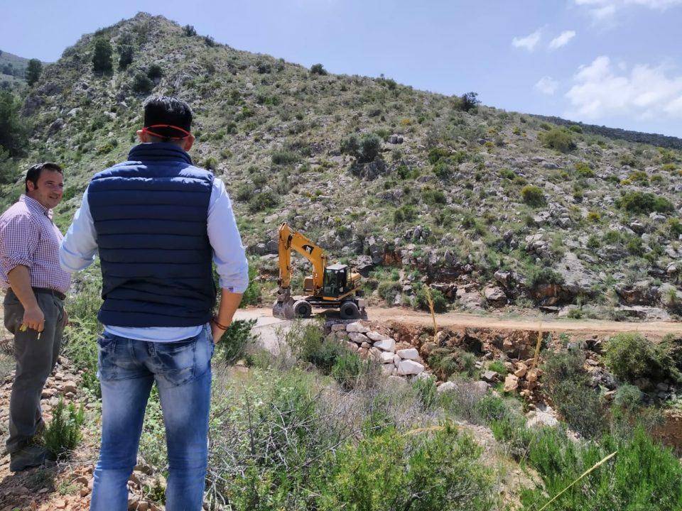 Comienzan la reparación de caminos forestales de Orihuela dañados por la DANA 6