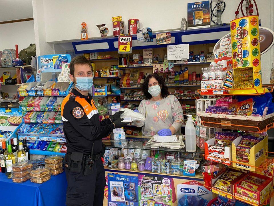 El Ayuntamiento de Orihuela reparte instrumental de protección a comercios abiertos 6