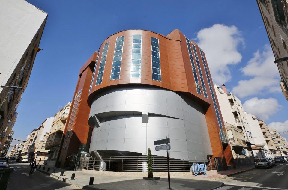Finaliza la reparación integral de la fachada del Palacio de la Música de Torrevieja 6