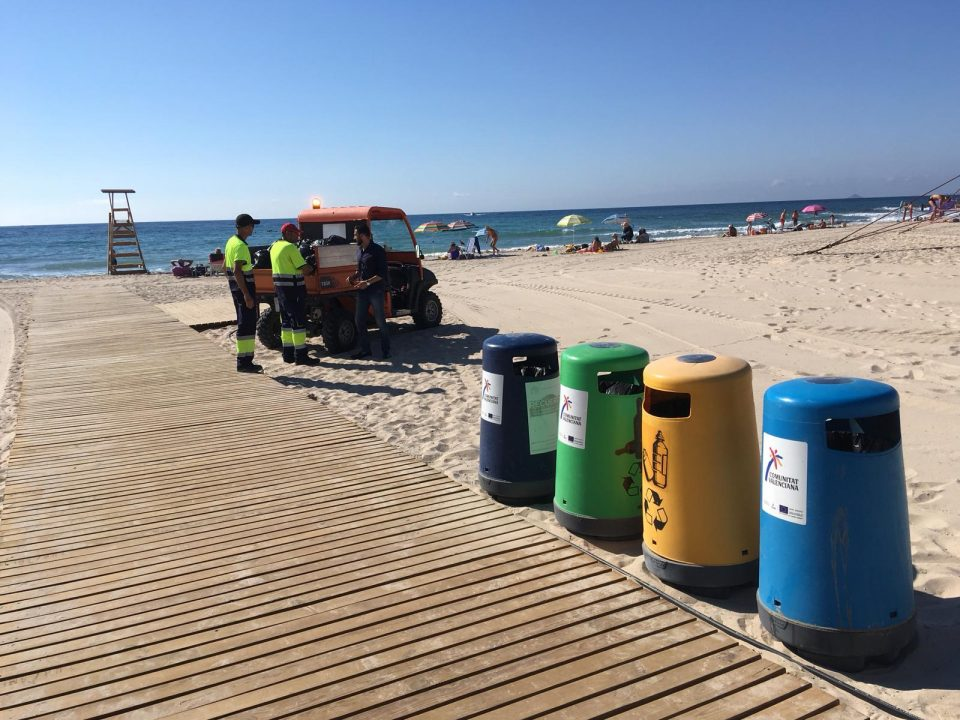 Refuerzan el servicio de limpieza de playas en Orihuela 6