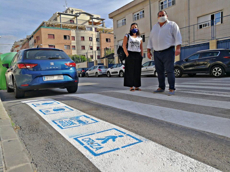 Los pasos peatonales de Orihuela lucen pictogramas para la seguridad de los niños con TEA 6