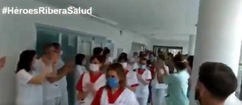 Los sanitarios del Hospital de Torrevieja rinden homenaje al personal de limpieza 6