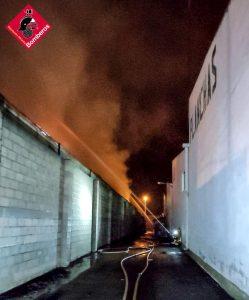 Incendio de grandes dimensiones en una nave industrial de Catral 8