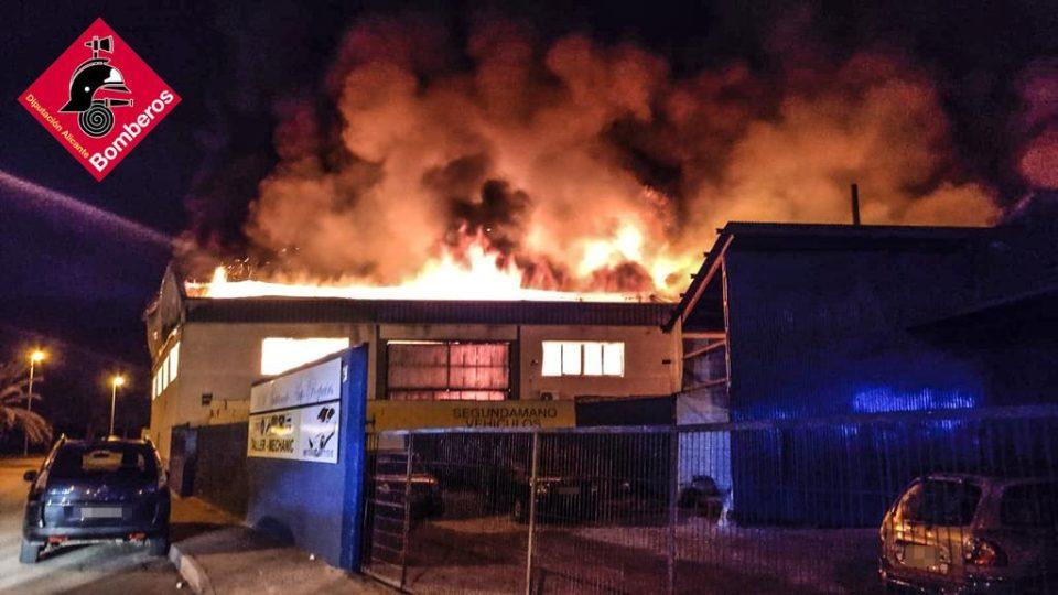 Incendio de grandes dimensiones en una nave industrial de Catral 6