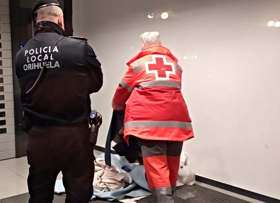 Policía Local y Cruz Roja reparten mantas y alimentos a personas que duermen en la calle 6