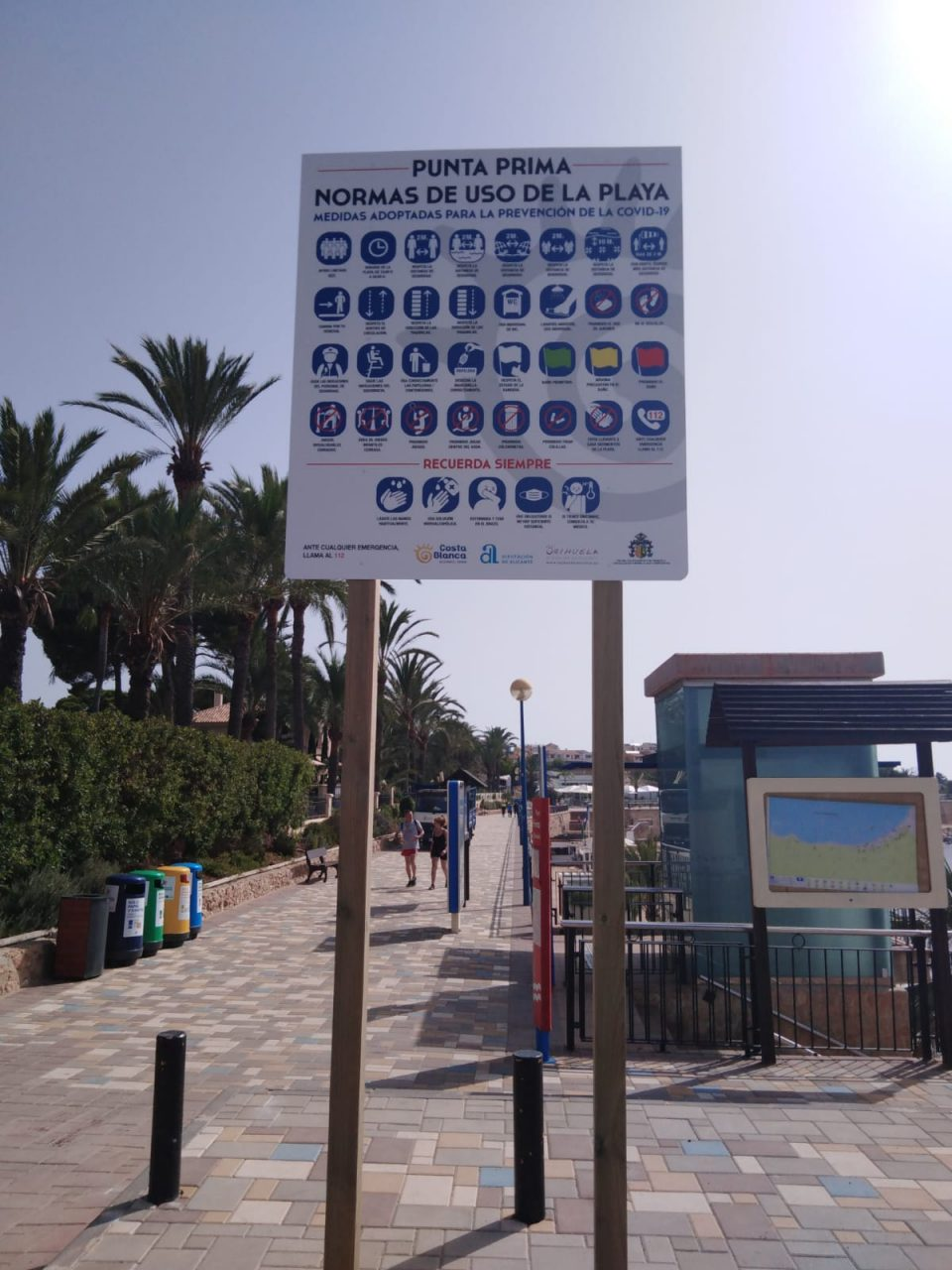 Turismo instala paneles con recomendaciones anticovid en las playas de Orihuela 6