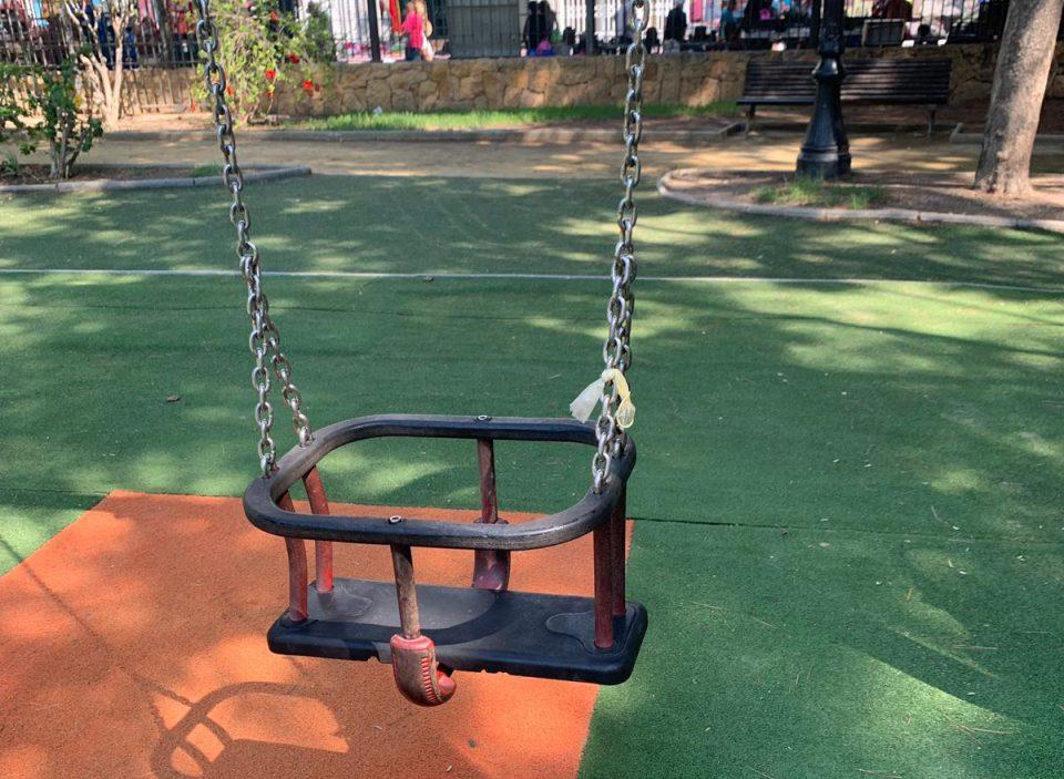 Indignación por un preservativo en un columpio del Parque Severo Ochoa 6