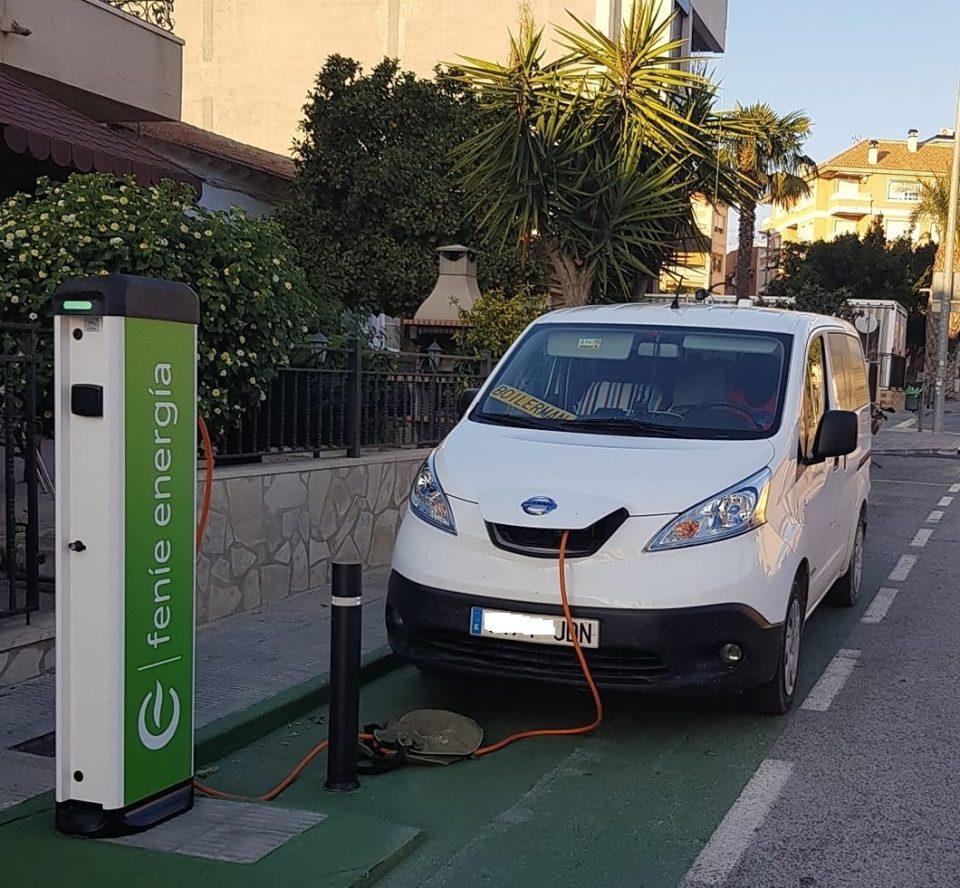 Los Montesinos estrena un punto de recarga de vehículos eléctricos 6