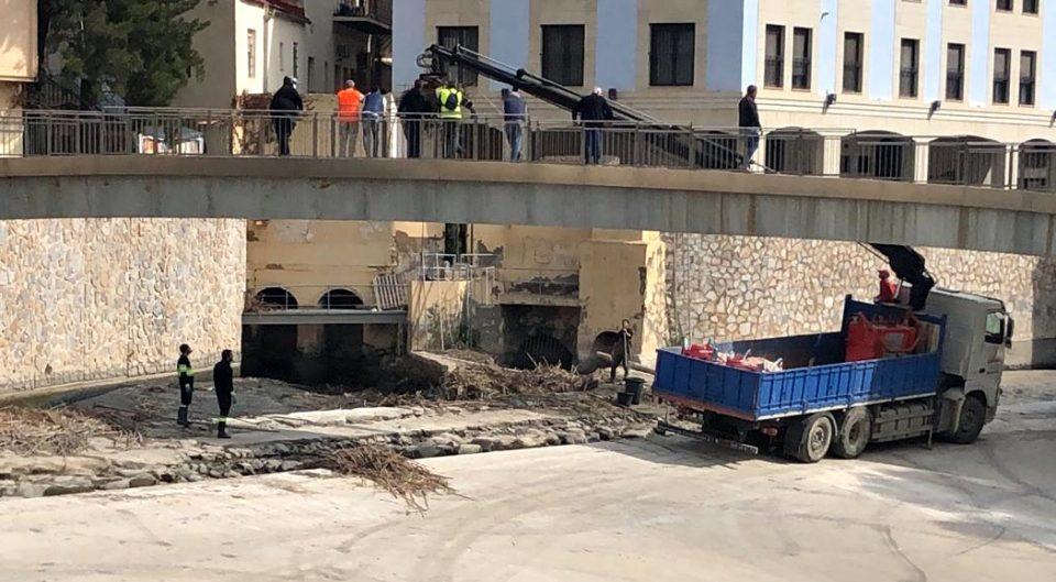 El Ayuntamiento de Orihuela retira las cañas acumuladas en el río tras las lluvias 6