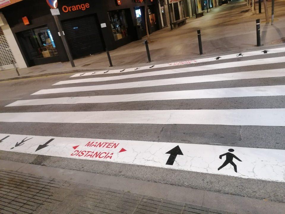 Torrevieja repinta los pasos de peatones con medidas de distanciamiento social 6