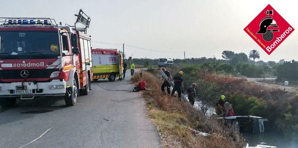Los bomberos rescatan a un hombre tras caer en una acequia de Almoradí 6