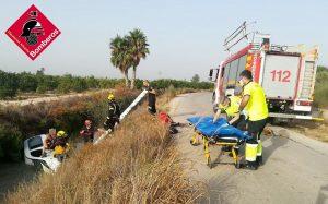 Los bomberos rescatan a un hombre tras caer en una acequia de Almoradí 7