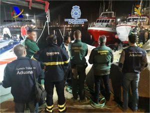 Rescatados y detenidos en Torrevieja cargados de fardos de hachís en un barco 8