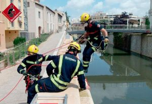 Los bomberos rescatan a un gato atrapado en el río en Orihuela 7