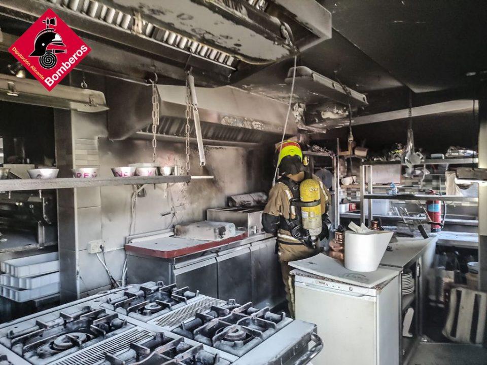 Una freidora origina un incendio en un restaurante de Rojales 6