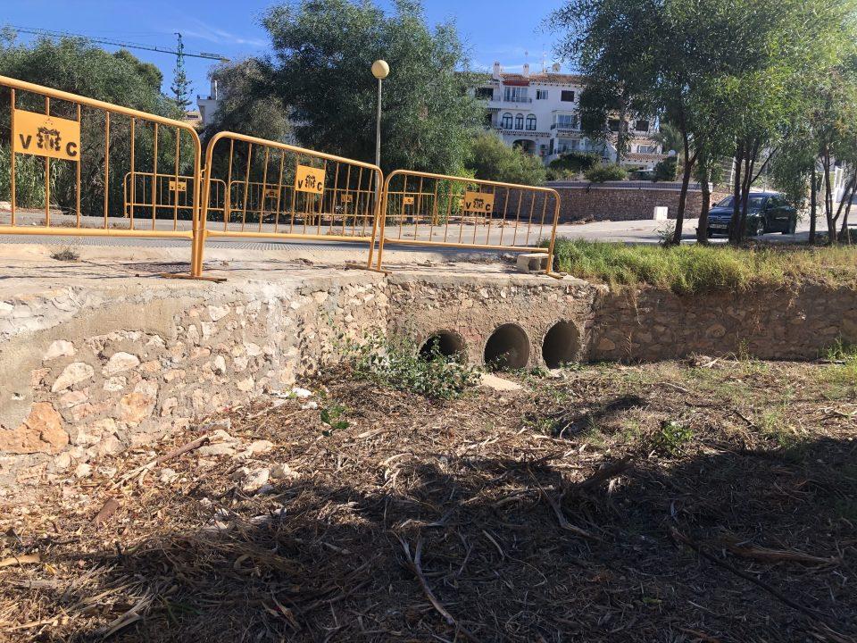 El PSOE pide la retirada de podas que taponan la rambla de Cabo Roig 6