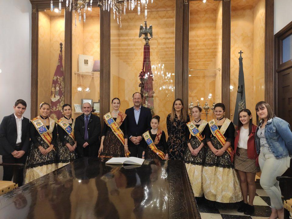 El alcalde de Orihuela recibe a las Reinas y Damas de la ciudad 6