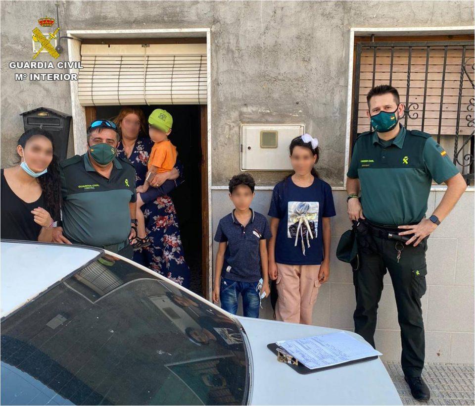 La Guardia Civil auxilia a dos menores perdidos por una carretera de Almoradí 6