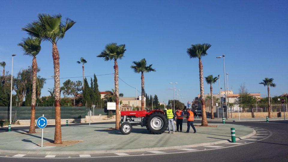 """El tractor de """"Antolín"""" ya luce en una rotonda de Pilar de la Horadada 6"""