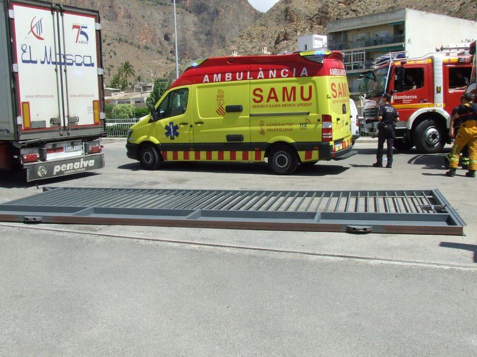 Herido un camionero tras caerle la puerta de hierro del muelle de Ociopía 6