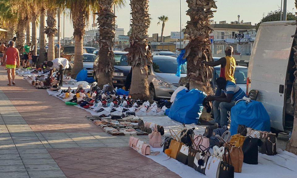 """Los comerciantes de Cabo Roig se quejan de los """"manteros"""" 6"""