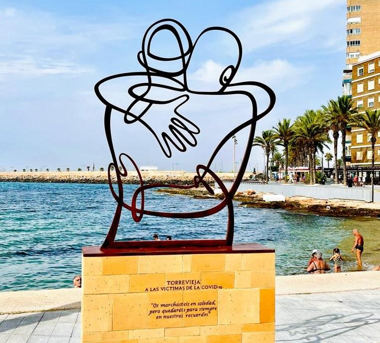 Torrevieja dedica una escultura a las víctimas de la COVID19 6