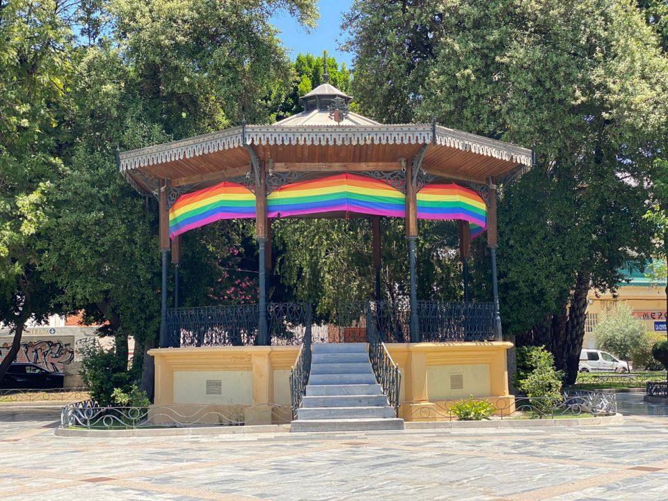 """El Ayuntamiento de Orihuela despliega la """"bandera arcoíris"""" en la Glorieta Gabriel Miró 6"""