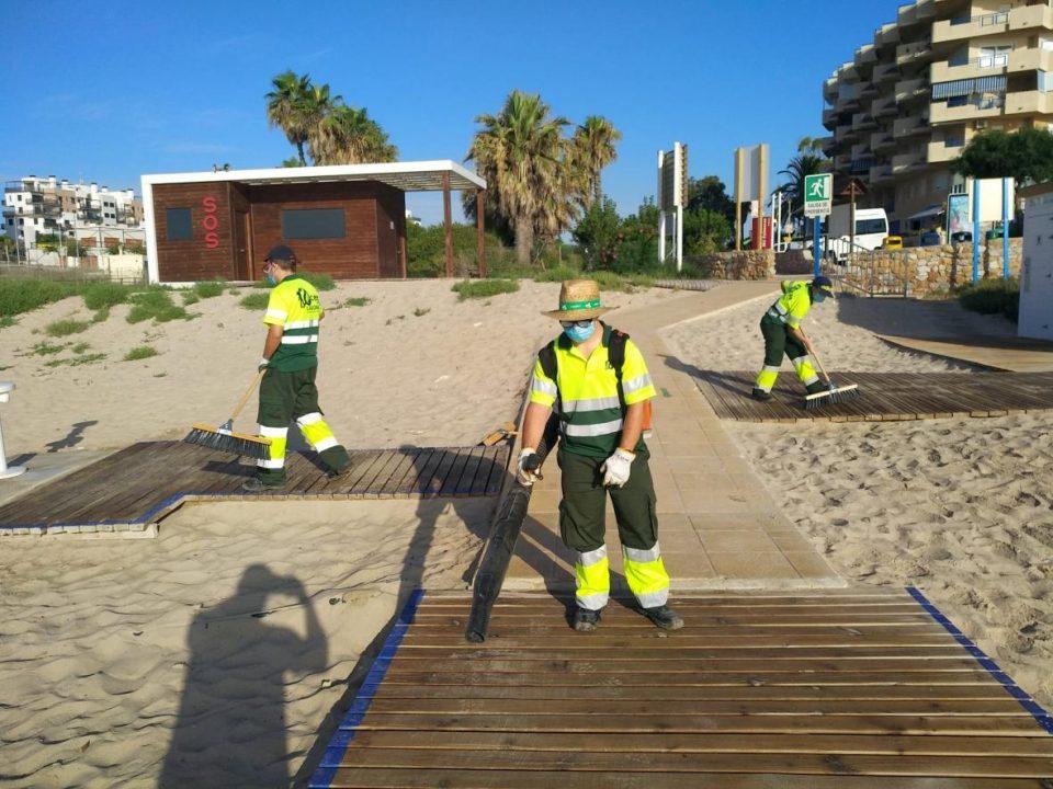 ADIS refuerza la limpieza y desinfección de las playas de Orihuela 6