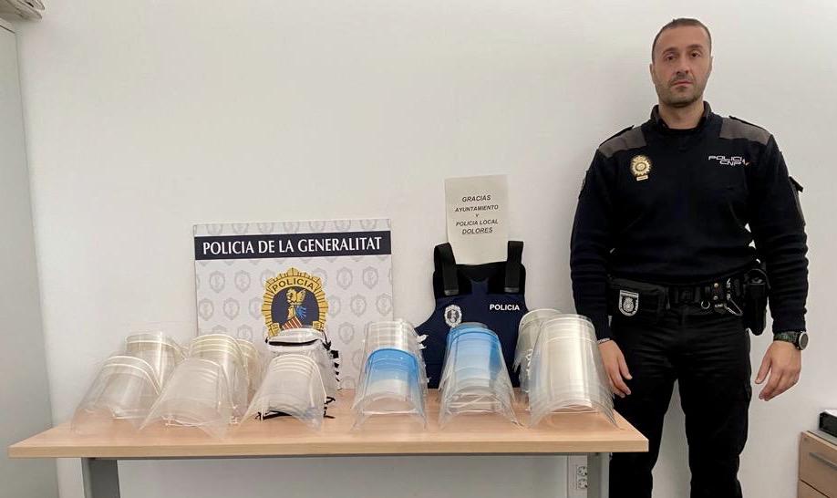 Dolores entrega 100 pantallas protectoras a la Policía Autonómica 6