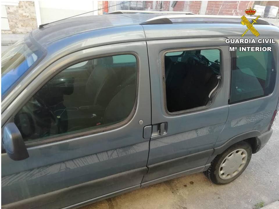 Dos hombres pillados 'in fraganti' mientras robaban un bolso de un coche en Guardamar 6