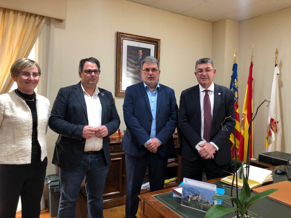 Enric Morera visita Dolores tras la constitución de la comisión de estudio sobre la DANA 6