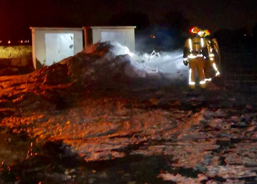 Incendio en una parcela repleta de plásticos en La Aparecida 6