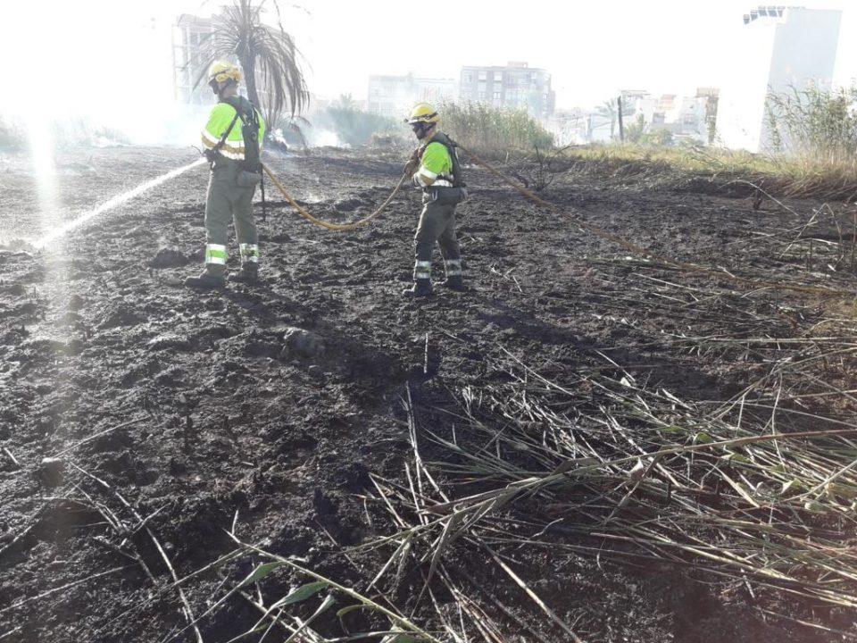 Un incendio amenaza el casco urbano de Albatera 6