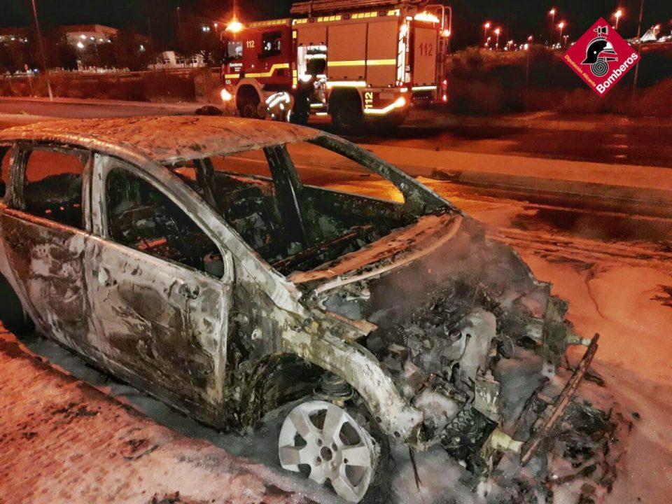 Susto en La Zenia por el incendio de un vehículo durante la madrugada 6