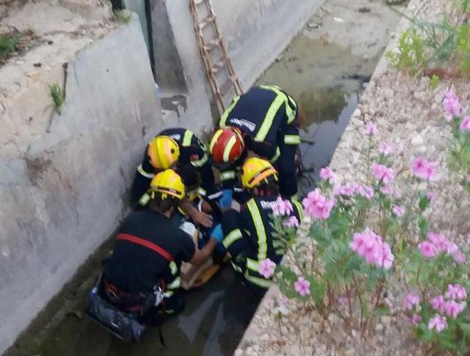 Los bomberos rescatan a un hombre que cayó en una acequia en Hurchillo 6