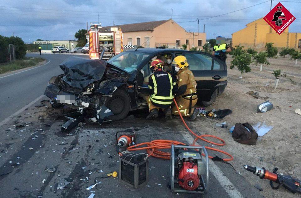 Un conductor queda atrapado en un accidente de tráfico en la CV-920 6