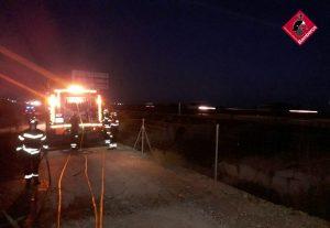 Orihuela amanece con un incendio de cañas junto a la autovía 7