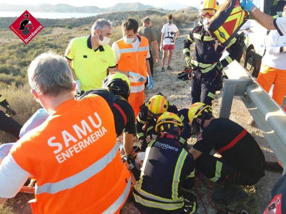 Un motorista cae por un terraplén de 4 metros cerca del Embalse de la Pedrera 6