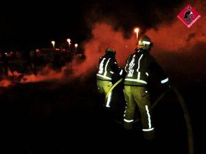 Los bomberos sofocan un incendio en la zona del Polideportivo de Pilar de la Horadada 9